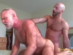 Sexy Trick Daddies Allen hopea ja Adam Russo nauravat toisiaan bedessa