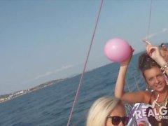 Реальные подростки на яхте