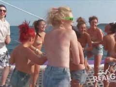 Echte Teenager bei Yachtparty