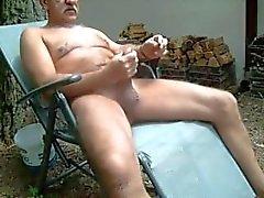 vecchio masturbandosi di fuori