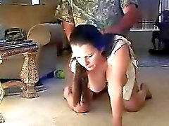 Ménagère normale avec de gros seins naturels