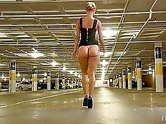Jessi uskomattoman kuuma blondi vilkkuu ja toying pillua julkisen ja kävely alasti ulkona