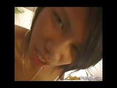 Cagna Filipina Karaoke in bargirl canta la su sfondo bianco penis turistiche