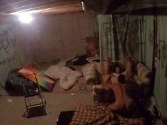 Ebeveynler üst katta alseep iken bodrum katında gey eşcinseller