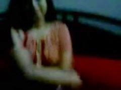Intian bhabhi ottaen pois hänen kameez ja punaiset rintaliivit paljastaen hänen yritys tissit