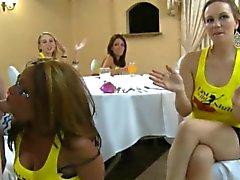 Afortunado chicas llegue a envolver de schlong del decapante durante la fiesta de