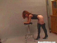 Photoshoot Sexy Com Mulheres maduras Brunette acaba fodido
