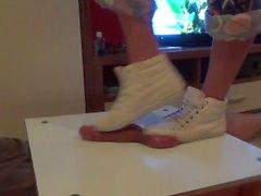 Chica en zapatillas pisotear en polla y pelotas. Termina bootjob y corrida