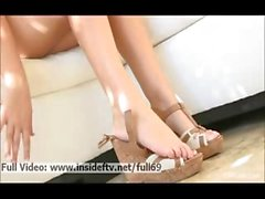 Alessio _ blonde Amateur che ci mostra e giocare con i piedi sexy