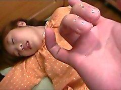 Del gatito de dedos Japanese delicados adolescente da a su primer Chupada Oral