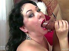 Luxuriante petite amie obtient sa bouche remplie de cyprine