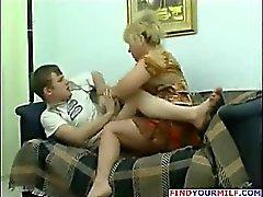 Horny матерью с сиськами соблазнять сына
