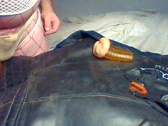 Sperme sur la veste de biker en cuir vintage portant deux lanières sales