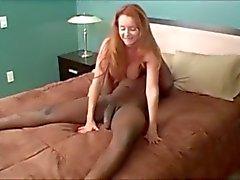 Reife Frau spielt mit Spiegel ... F70