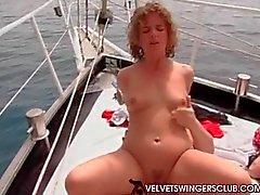 Kadifemsi Swingers kulüpte boat gangbang parti