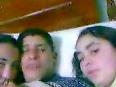 Homme de arab bisou à deux Arab ( égyptien) fille dans le bâti