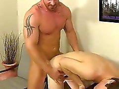 Orgy gay In primo luogo ottiene al messaggero alla deepthroat la sua scopare stick