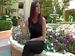 Hot sexy della dai capelli rossi Modella Sex fumatori