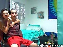 Zwei Latina Teenager binden und blasen ein heißer Typ