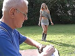 Har tur farfar städar ungt kåta fitta