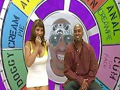 Ebony peituda em um game show de sexo medidas , golpes, e fode grande galo negro