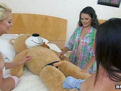 BFFS - Sexy Adolescentes praticar com urso enchido Durante Sleep Over
