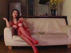 Hot Babe en lingerie rouge est assis sur son visage et fait alors six