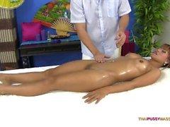 Traş kedi ile Asya vücut yağ masajı alır