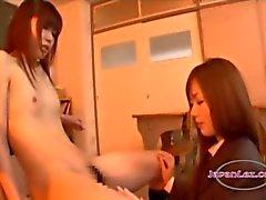 Schoolmeisje met kleine tieten kussen tepels zuigen lichaam en kutje likte op de stoel in de Classroo