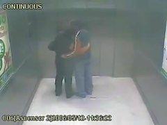 Mamie s'amuser dans l'ascenseur