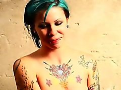 Verrouillée enfant tatouer fister à le plancher