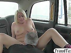 femme blonde tatouée suce et cogné dans la cabine