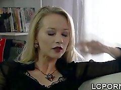 Magnífico de ama de casa de Español extiende las piernas a un extranjero