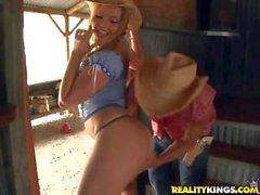 Nikki Molly et les d'autres Pornstars Les ont l'amusement sur le ranch