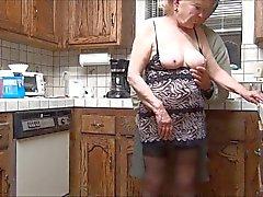 70 années vieille mamie donne emploi la main et se un massage facial