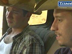 Cowboys Pisse et suce à l'extérieur du camion