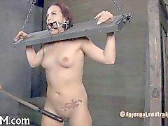 Babe incatenato ha bisogno di sexy di di tortura