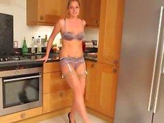 Une beauté blonde dans la cuisine taquine fort
