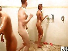 Grupo aleatório nos chuveiros públicos