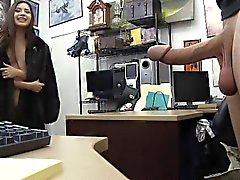 Latina in una pelliccia succhiare il cazzo Nel del negozio di pegno all'Ufficio