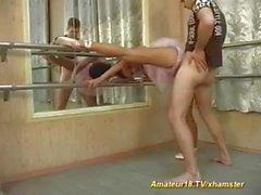 La bailarina es tan flexible que puede follarla como desee