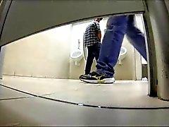boys attrapés ayant des relations sexuelles dans des toilettes publiques