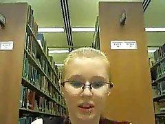 Сумасшедшие библиотеки с девушкой