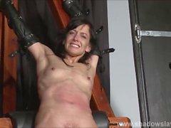 painslut Enslaved Elise Graves fustigazione in sessione punizione bdsm difficile
