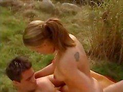 Garota morena se depara com um casal fazendo sexo ao ar livre e se junta a eles