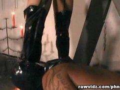 Signora lattice domini la sua Sex Slave Hunk