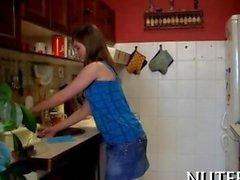 étudiante se fait lécher la un comptoir de la cuisine