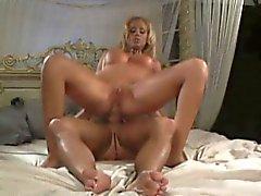 Buxom Blondine reibt ihre schmerzende Kitzler, während ein hing Stud bestraft ihren Arsch