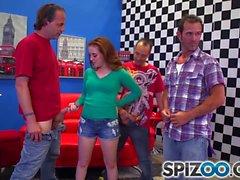Spizoo - Sexy testa rossa Jessica Parker succhiare 3 grandi cazzi