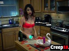 Jade Jantzen porte sa lingerie sexy dans l'action de cuisine